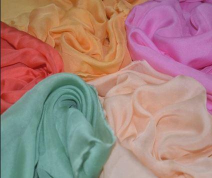 Chiffon ban đầu là loại vải được làm từ nhiều loại chất liệu khác nhau