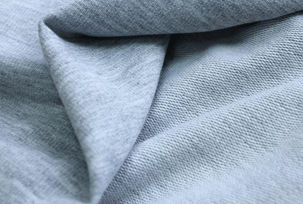 Vải nỉ da cá là sự kết hợp từ 35% sợi bông tự nhiên và 65% sợi polyester tổng hợp
