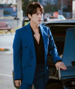 Kim Jung Hyun trong vai Goo Seung Joon là tài phiệt Hàn Quốc có quen biết với Se Ri